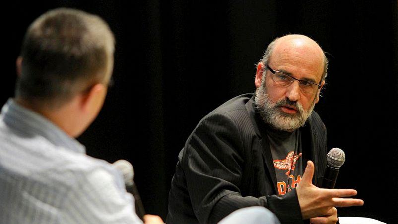 Durante un'intervista lo scrittore, poesta e saggista spagnolo Fernando Aranburu risponde a un intervistatore usando un microfono; lo sfondo è nero