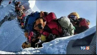 Everest, tutti in coda follia ad alta quota