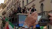 Europei, gli azzurri sfilano per le vie di Roma con la coppa