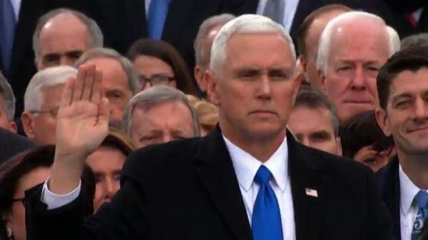 Washington, il giuramento del vicepresidente Mike Pence