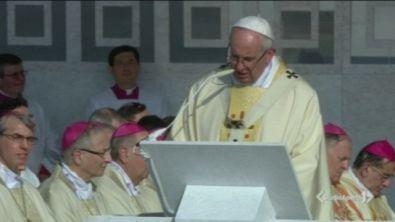 Il Papa: abbracciate i confini