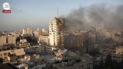 Il palazzo di 14 piani a Gaza abbattuto da un raid israeliano