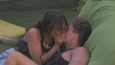 Francesca e Gennaro: un bacio alla luce del sole
