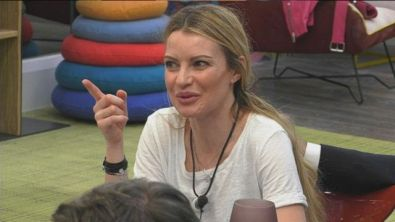 "Licia Nunez a Serena Enardu: ""Se succede abbracci prima me di Pago"""