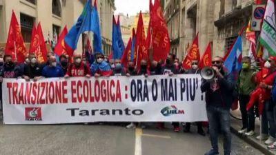 Ex Ilva, i lavoratori di Taranto manifestano davanti al Mise