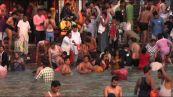 Covid, record contagi in India ma a migliaia si bagnano nel Gange