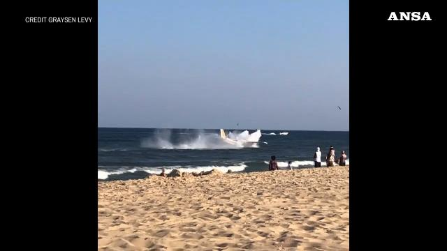 Paura in spiaggia: l'atterraggio d'emergenza è da brividi