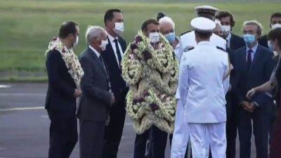 Macron in Polynesia, un fake le collane di fiori alle ginocchia
