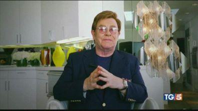 Elton John e altre star della musica in concerto dal salotto di casa