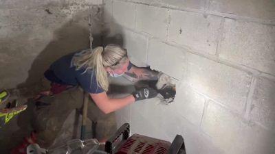 Cane intrappolato nel muro per 5 giorni, il salvataggio in extremis