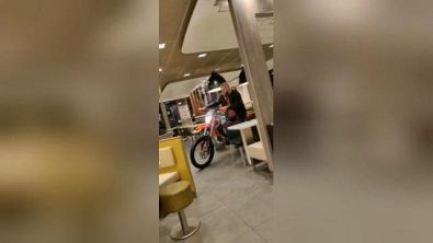 Paura al fast food: folle entra in moto in un McDonalds