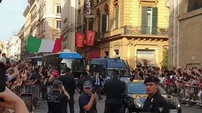 """Europei, tra i tifosi che circondano il pullman degli azzurri: """"Un'emozione grandissima"""""""