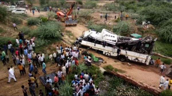 Incidente in India, bus precipita tra due ponti: almeno 29 morti