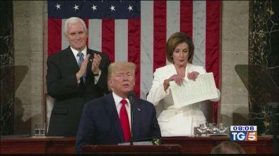 Trump legge il discorso, Nancy Pelosi lo strappa