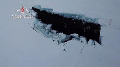 La spettacolare manovra dei sottomarini nucleari russi nei ghiacci dell'Artico