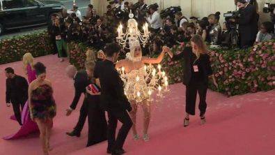 Abiti lampadario e striptease: follie sul red carpet del Met Gala