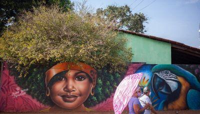 L'artista brasiliano che usa gli alberi in fiore per i capelli