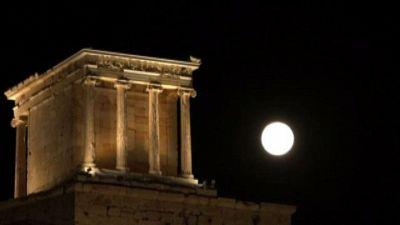 Lo spettacolo della luna piena che splende sul Partenone
