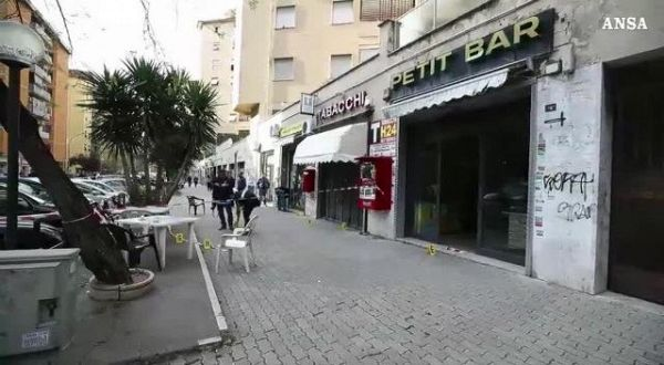 Spari davanti a un bar a Roma, due feriti