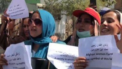 Afghanistan, la protesta delle donne di Kabul: fateci lavorare