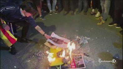 Barcellona brucia le foto del re