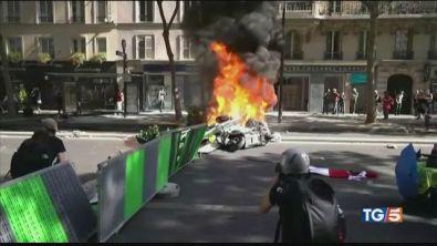 Black bloc nei cortei Parigi a ferro e fuoco