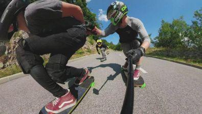 A 80 Km/h su una longboard e senza poter frenare: è il Red Bull No Paws Down