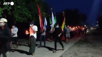Myanmar, manifestanti marciano contro il regime militare