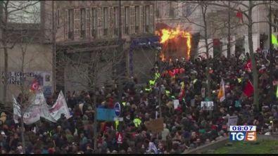 Parigi, caos pensioni. Tregua dopo gli scontri