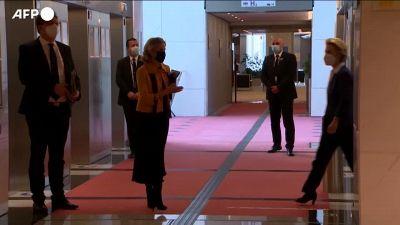 """Michel e Von der Leyen riuniti al Parlamento europeo dopo il """"sofagate"""""""