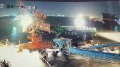 Disastro al porto: nave si schianta sul molo e distrugge una gru