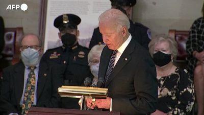 Washington, Biden ricorda il poliziotto investito da un attentatore a Capitol Hill