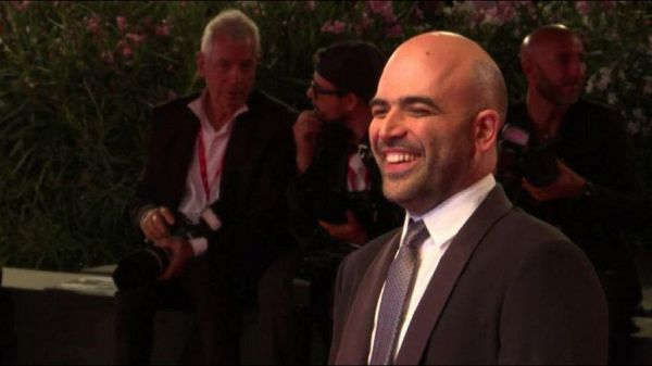 Venezia, applausi e selfie: Roberto Saviano star sul red carpet