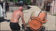 """Graziani con carriola e cemento: """"Caldo? Venite qui a lavorare!"""""""