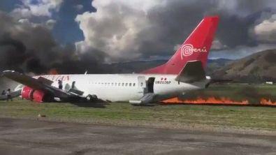Aereo in Perù va fuoripista durante un atterraggio e prende fuoco: nessun morto
