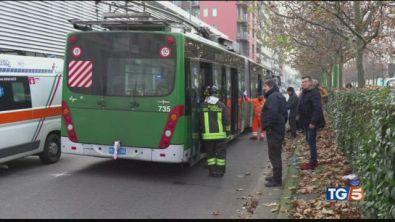 Scontro bus e camion a Milano, donna in coma