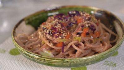 Spaghetti di riso al curry con latte di cocco