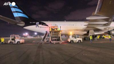 Libia, arrivati i vaccini Covid-19 all'aeroporto di Tripoli