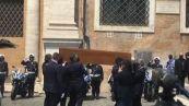 Applausi, lacrime e commozione ai funerali di Raffaella Carrà