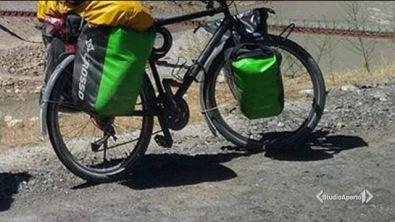 Fa il giro del mondo in bici e gliela rubano in Italia