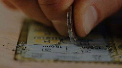 Getta biglietto della lotteria, ma vince 1 milione. La storia a lieto fine