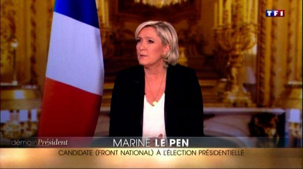 Marine Le Pen in tv ma senza la bandiera dell'Unione europea
