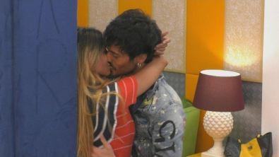 Erica e Gaetano: un bacio infuocato