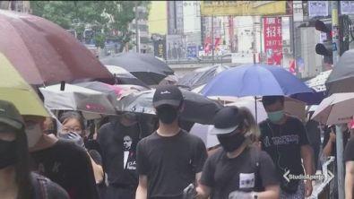 In piazza con le maschere vietate