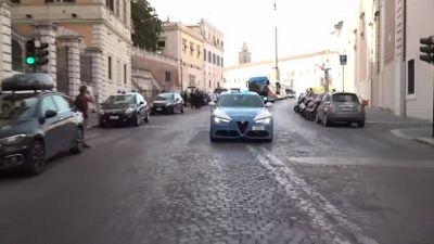 La nazionale verso Palazzo Chigi: il bus fatica a farsi strada tra la folla in festa