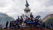 Scudetto Inter, Javier Zanetti salta in Duomo con i tifosi