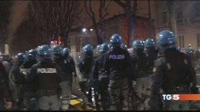 Torino, guerriglia e caos: 6 agenti feriti