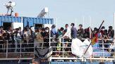 """Migranti, gli sbarchi non si fermano. Il Papa: """"Mediterraneo grande cimitero"""""""