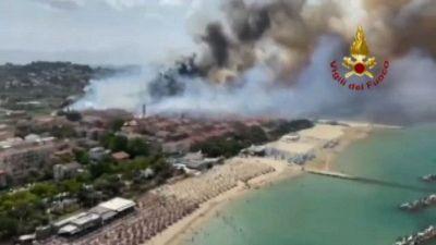 Emergenza incendi in Abruzzo, l'enorme rogo di Pescara
