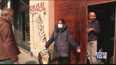 In Lombardia per strada coprendo bocca e naso